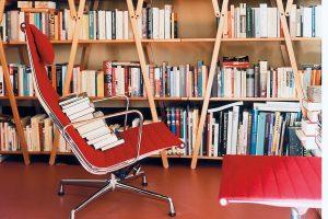 Vitra Aluminium Chair EA124 rood