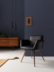 Design eetkamerstoel van Alvo met armleuningen.